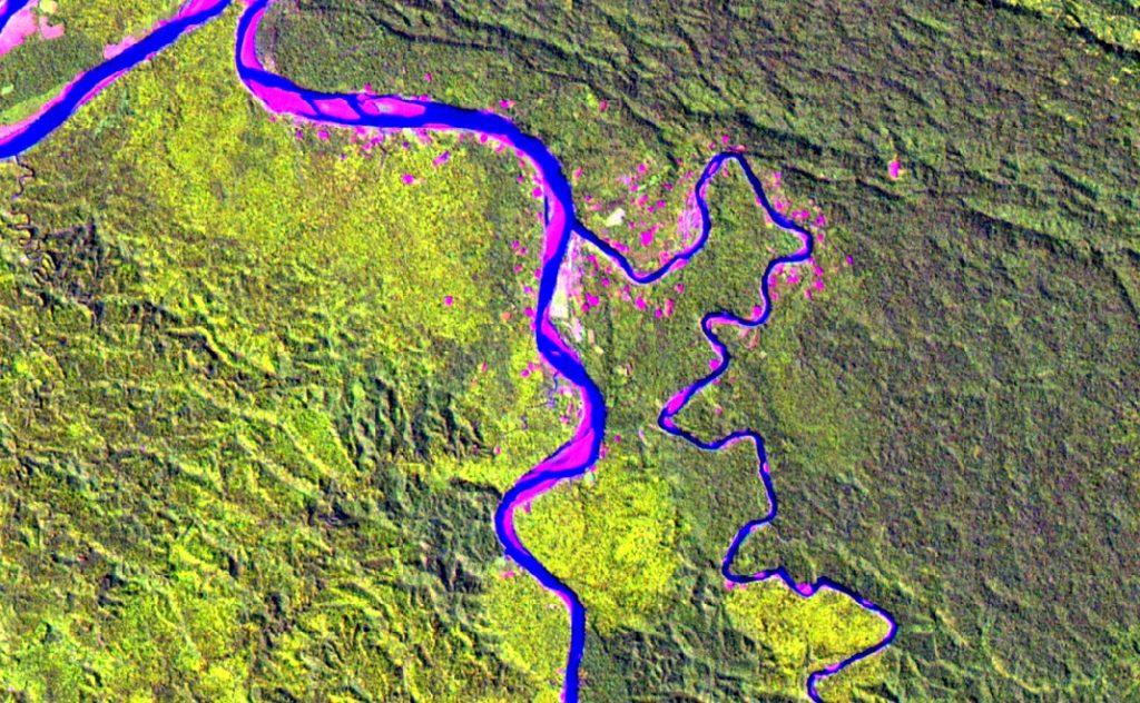 Imagen Landsat de 15 metros en falso color compuesto. Confluencia de los ríos Urubamba y Camisea